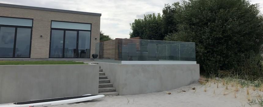 hævet terrasse med værn